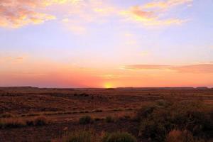 geschilderde woestijn bij zonsondergang foto