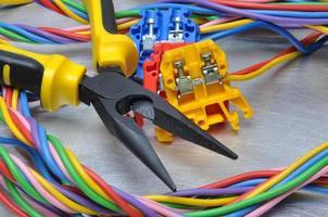 set van elektrische gereedschappen en kabels foto