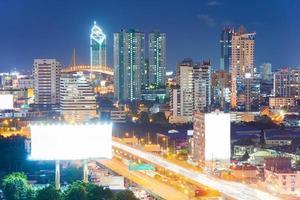 het snelwegbord in de stad foto