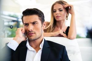 zakenman praten aan de telefoon bij restaurant foto