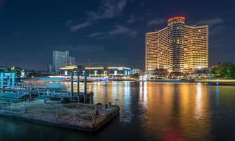 Cityscape van Bangkok rivierkant met haven in Thaise schemeringtijd ,.