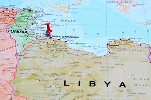 tripoli vastgemaakt op een kaart van Afrika foto