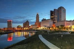 skyline van de binnenstad scène bij dageraad foto