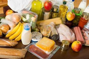 bekijken aan tafel met levensmiddelen voor het gezin foto