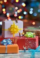 verpakking van miniatuurkoeriersfiguren foto