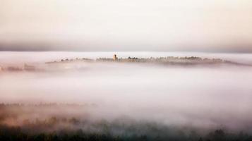 vroege mistige ochtend over de stad
