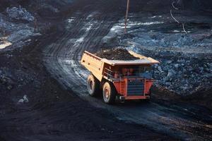 kolen-voorbereiding plant. grote gele mijnbouw vrachtwagen op de werkplek foto