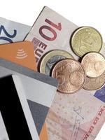 euromunten en bankbiljetten en contactloze creditcards met nfc foto