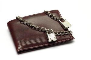 gesloten portemonnee vastgebonden met ketting foto