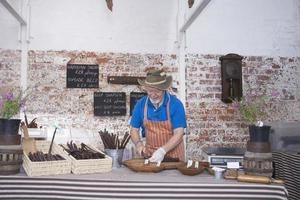 man specialiteit worstjes in winkel voorbereiden foto