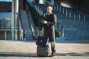 succesvolle elegante modieuze zakenman met behulp van tablet foto