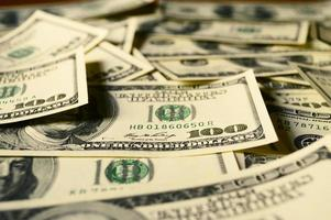 stapel van 100 dollarbiljetten foto