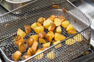 frituurpan met gebakken aardappel