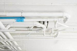 industriële leidingen bij sanitair op het gebouw.