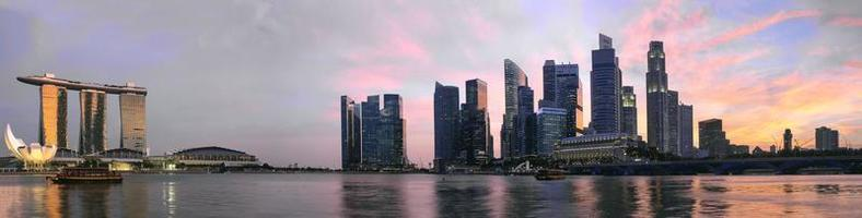 zonsondergang over singapore skyline panorama foto