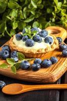 muffin met pudding en bosbessen. foto
