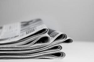 kranten op elkaar gestapeld