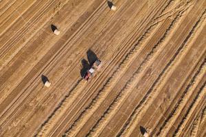 luchtfoto van oogstvelden met tractor foto