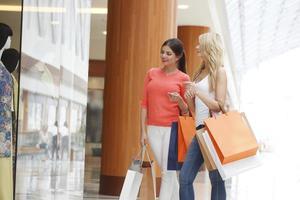 vrouwen winkelen in winkelcentrum foto