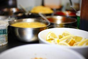 het bereiden van voedsel, het scheiden van ingrediënten voor een goede hygiëne en gemak foto
