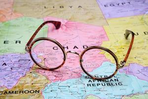 bril op een kaart - ndjamena foto
