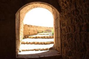 gewelfde ingang van een stenen gebouw foto