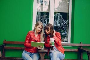 meisjes met telefoon foto