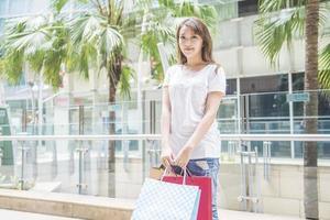 gelukkige vrouwen met boodschappentassen foto