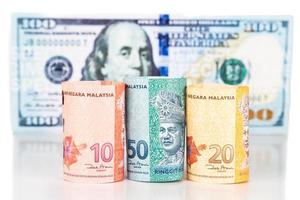 close up van Maleisië ringgit muntbiljet tegen ons dollar foto