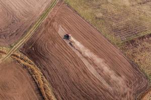 luchtfoto van de trekker op oogst veld foto