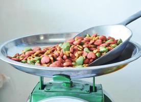 voedsel voor huisdieren in ijzeren lepel op weegschaal foto