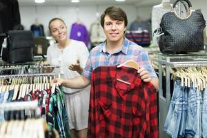 paar kiest kleding in de winkel foto