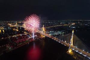 bhumibol brug met vuurwerk in bangkok