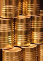 verticale stapel gouden metalen voedsel kan achtergrond foto