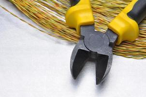 elektrisch gereedschap en kabels op metalen oppervlak foto