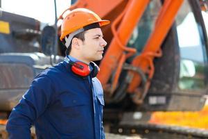 man aan het werk in een bouwplaats foto