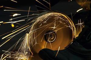 slijpen en snijden door middel van een schuurschijfmachine foto