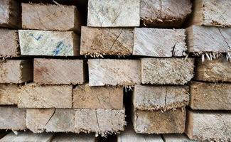 set van gestapeld hout grenen hout voor bouwgebouwen foto