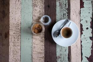 kopje koffie op houten tafel foto