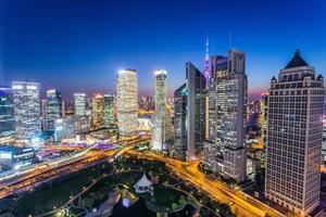 skyline, wolkenkrabbers in de moderne stad nacht foto