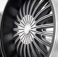 close up van velgen auto lichtmetalen wiel. foto