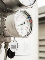 druk- en niveaumeter in cryogene toevoer van vloeibaar gas buitenshuis foto