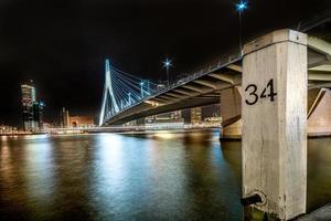 skyline van Rotterdam bij nacht foto