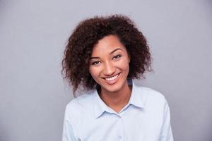 Glimlachende Afro-Amerikaanse zakenvrouw camera kijken foto