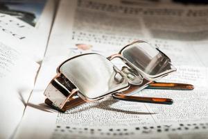 bril op krant foto