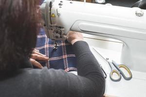 vrouw naaien op een naaimachine.