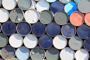 gestapelde olievaten of chemische vaten foto