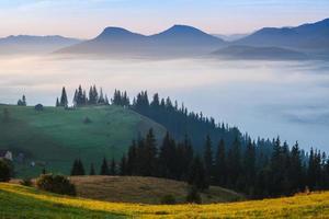 mist en cloud bergdal landschap foto