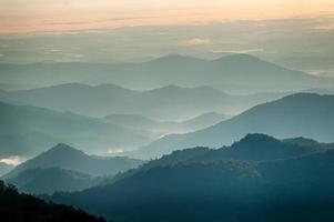 de eenvoudige lagen van de smokies bij zonsondergang foto