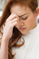 zieke vrouw lijdt aan hoofdpijn, migraine, kater, stress foto